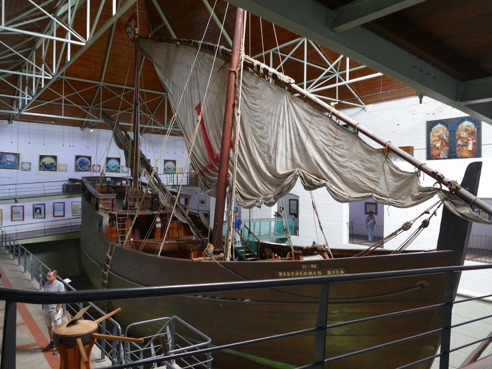 Réplique exacte du premier bateau qui a franchi le Cap de l'Afrique du Sud en 1488. Très impressionnant de savoir que ce petit bateau a pris le large depuis le Portugal pour de nombreux mois.