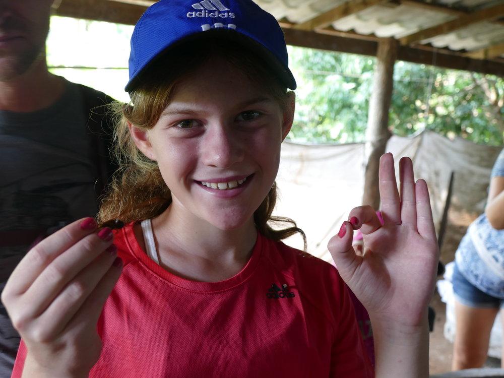 Aurélie nous a bien surpris en mangeant un criquet vivant! Selon notre guide, c'était la première enfant à le faire en 6 ans!
