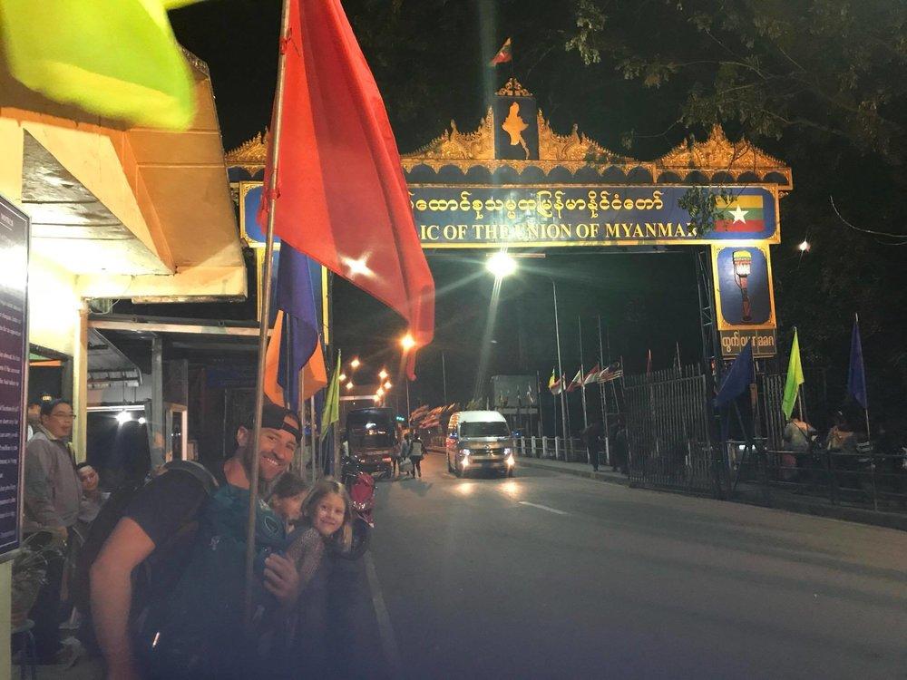 Un pied en Birmanie et l'autre en Thaïlande... La fin d'une journée trop longue à notre goût.