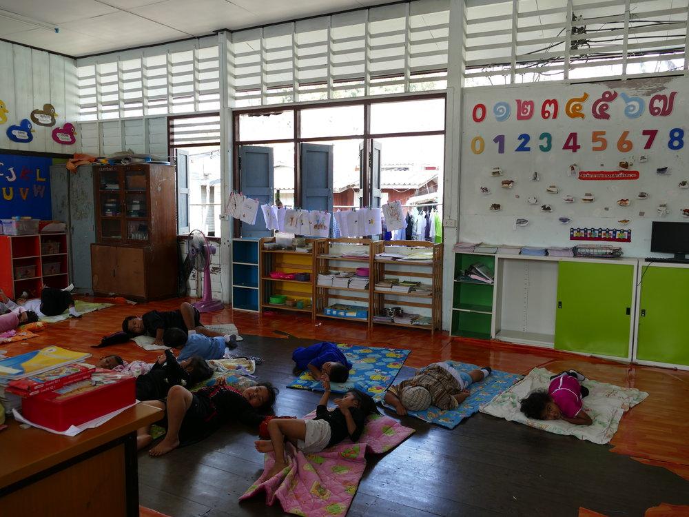 La sieste...dure 2 heures. Une belle pause pour les profs!
