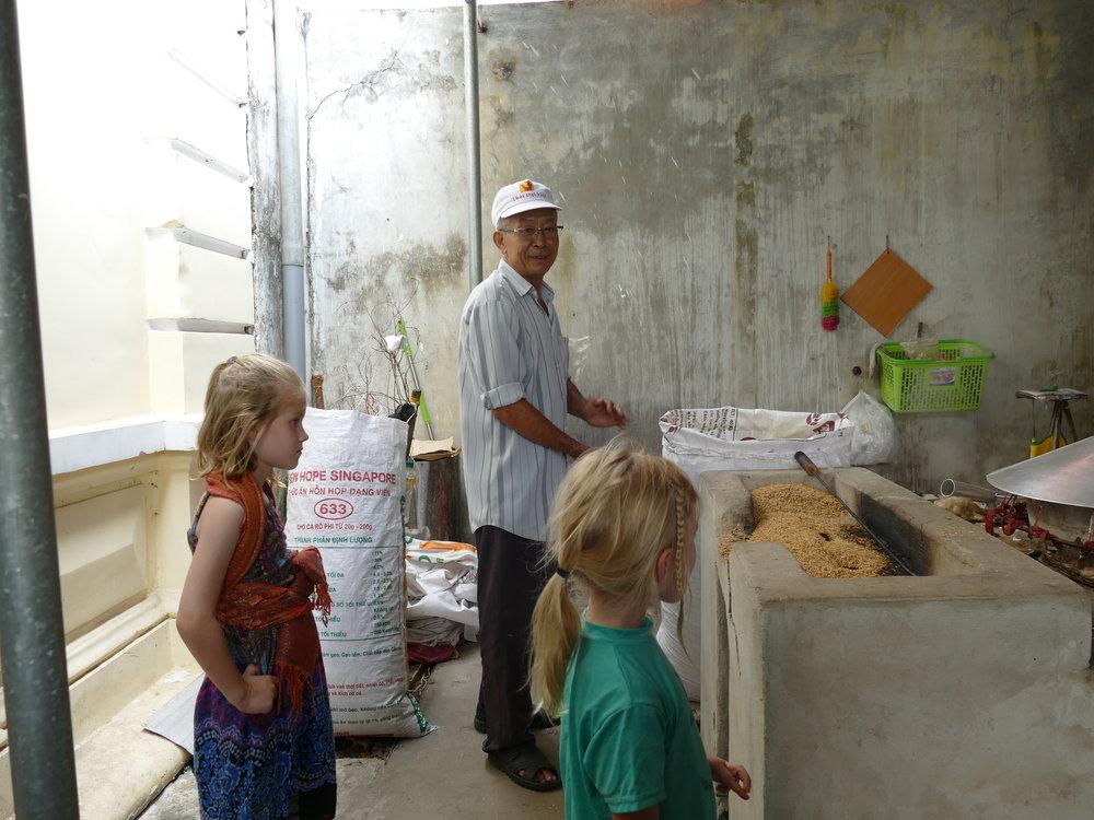 La fabrique de nouilles de riz a particulièrement intéressénos filles!