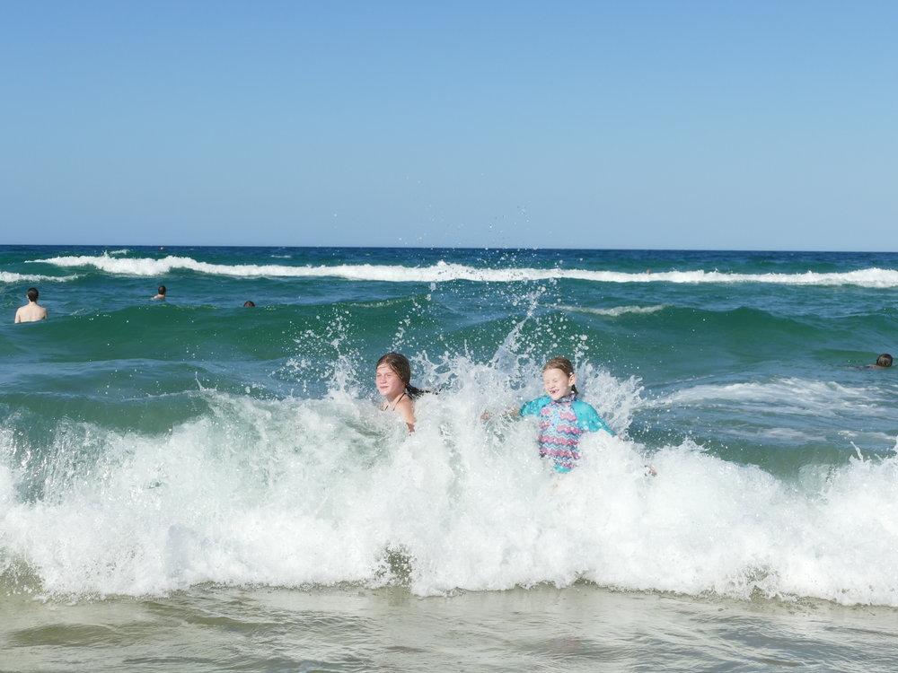 Ici, un bout de plage est contrôlé, donc baignade en sécurité!