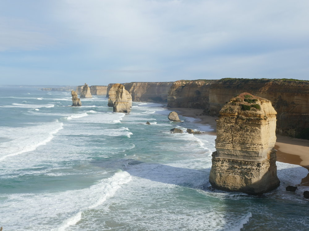 Tels les 12 apôtres, ces rochers se sont dressés contre la force de l'eau. La mer aura eu raison de certains d'entre eux, il n'en reste maintenant que 8...