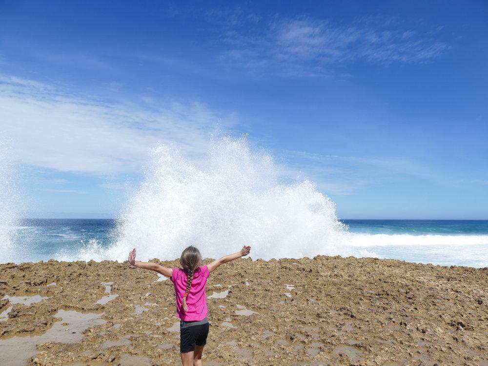 Sentir la force des vagues qui viennent se fracasser sur les rochers, une sensation unique de liberté.