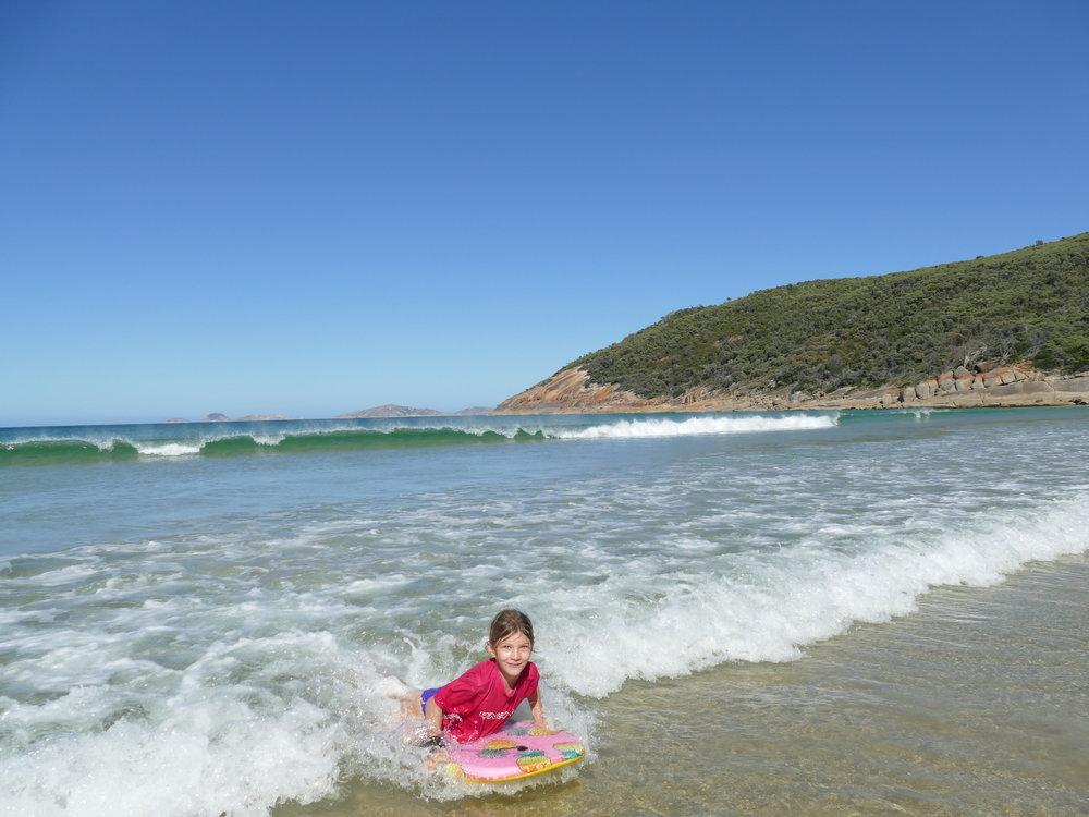 Loryane profite des vagues!!