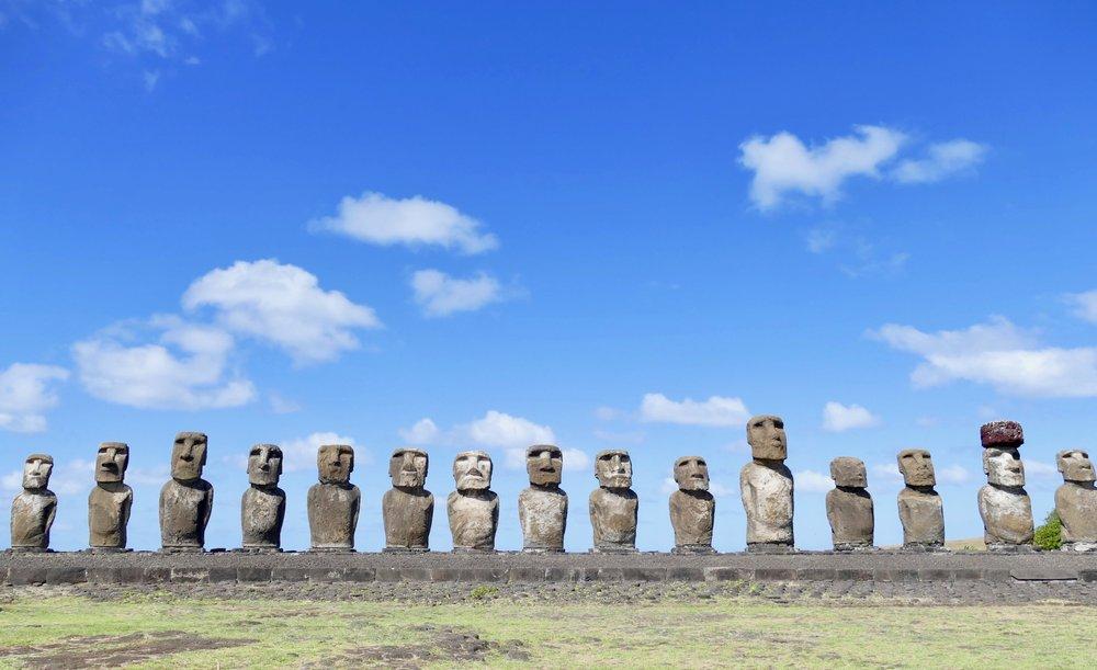 Les 15 Moais, site fabuleux restauré par les japonais pour les habitants de l'île, les Rapa-Nui. Le plus gros mesure plus de 10 mètres de haut. Autant dire que nous sommes très petits à leur cotés!
