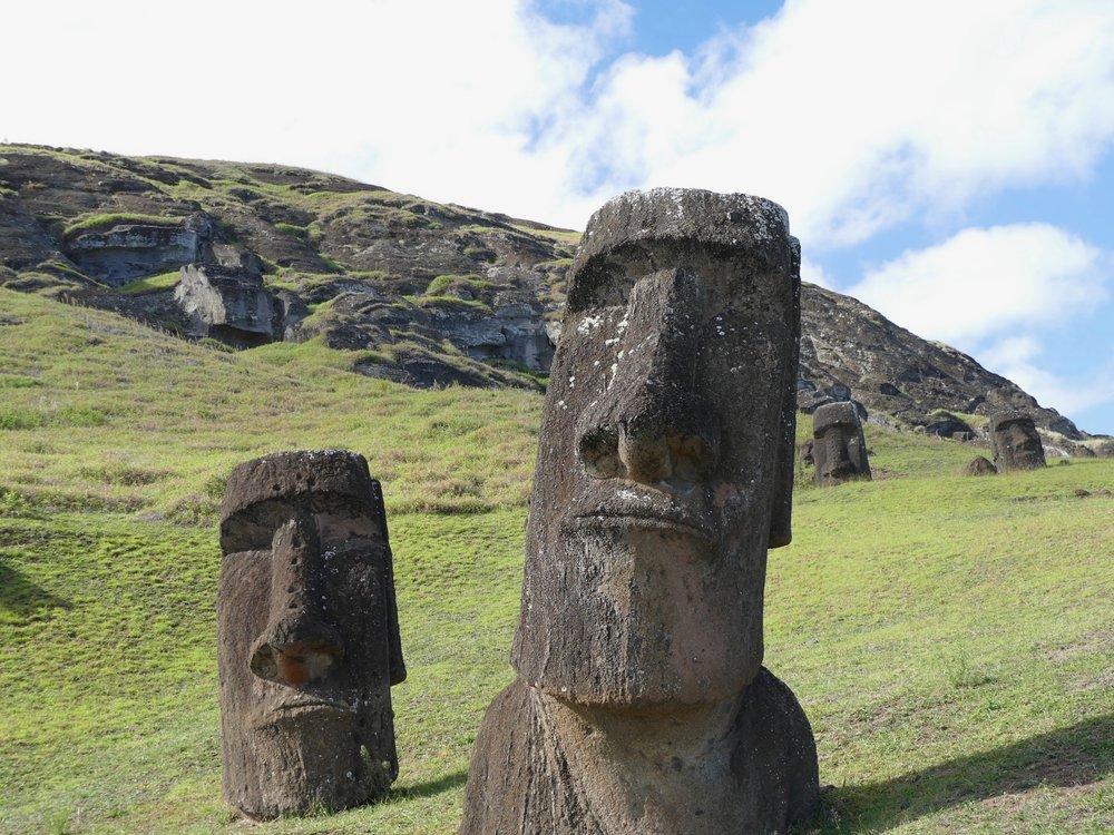 Les Moais les plus connus de l'Île de Pâques. Ils se situent dans la colline ou toutes les statues étaient fabriquées il y a plusieurs centaines d'années et elles pèsent des dizaines de tonnes.