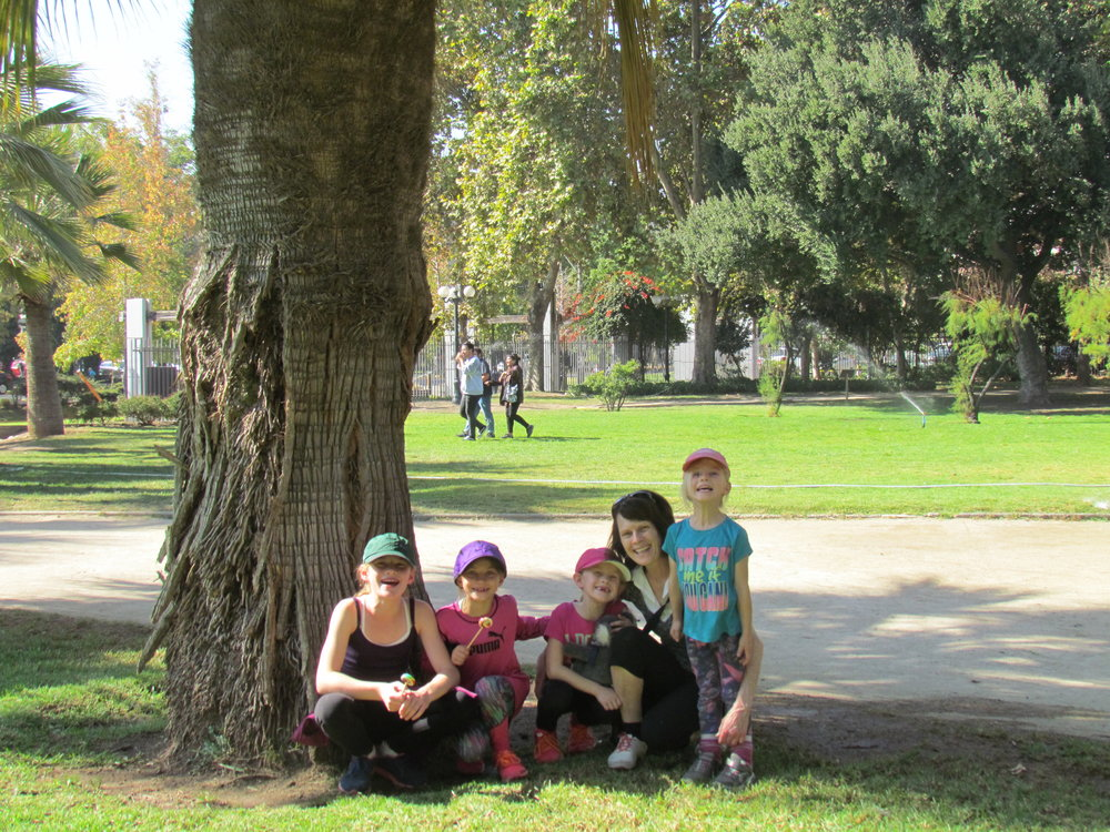 Mamie est aux anges avec ses petites-filles!