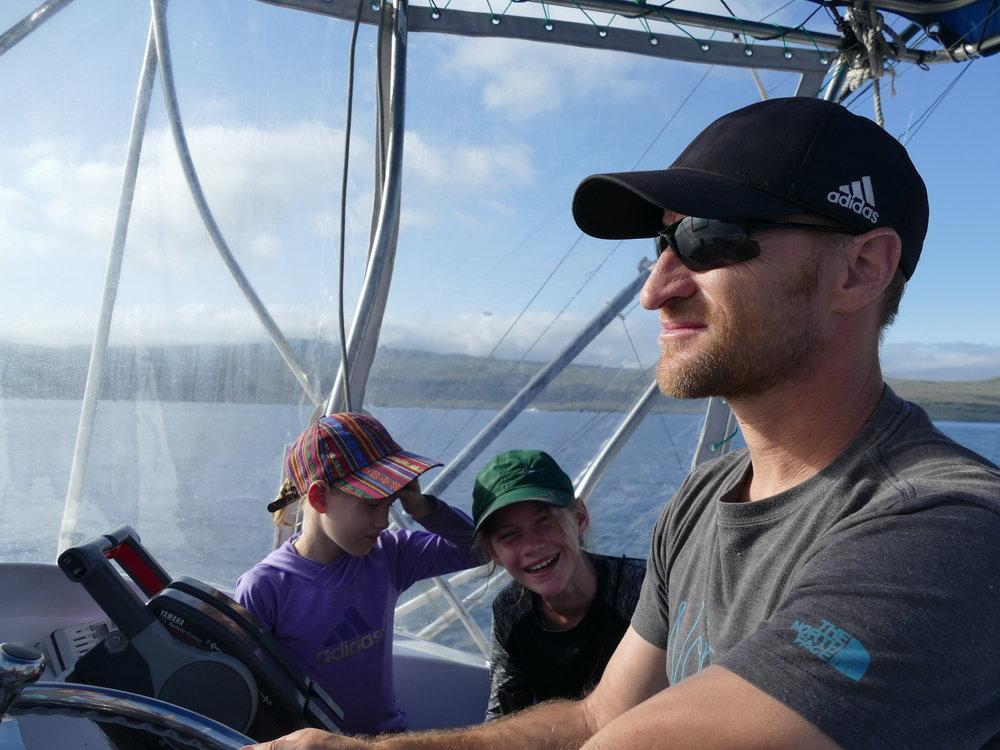 Quand le capitaine passe la barre à papa...l'une le prend avec un grain de sel et l'autre se questionne sur son avenir!!! Un moment qui restera gravé longtemps pour Patrick de conduire un bateau aux Galapagos.