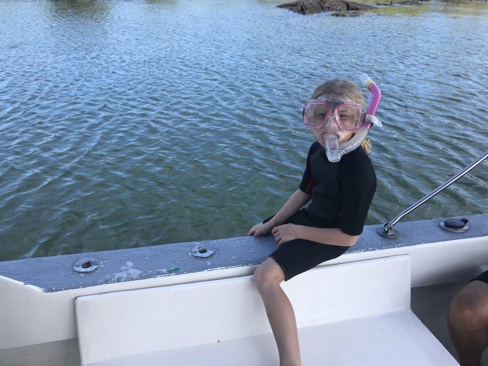 Rosalie est prête pour nager avec les tortues!