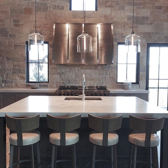 The kitchen is the heart of the home❣️ . . . #lovewhereyoulive #coloradoliving #familyretreat #skiandgolf #redskyranch #interiordesign #cozy #mountainhouse #newconstruction