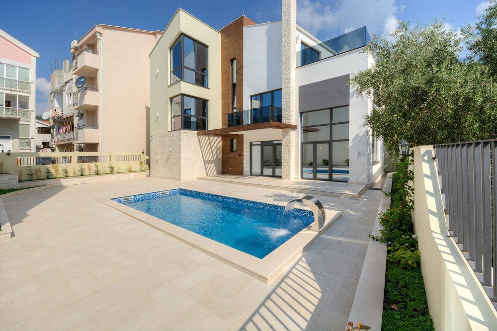 Villa with swimming pool for sale in Budva