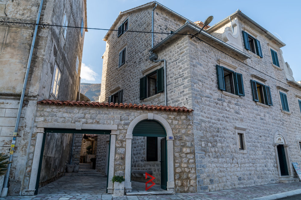 Stone house, apartmens and restaurant for sale in Prcanj