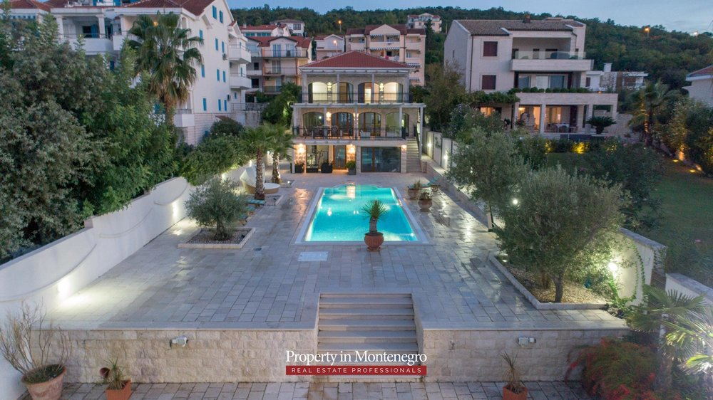 First-line-luxury-villa-for-sale-in-Tivat (34).jpg