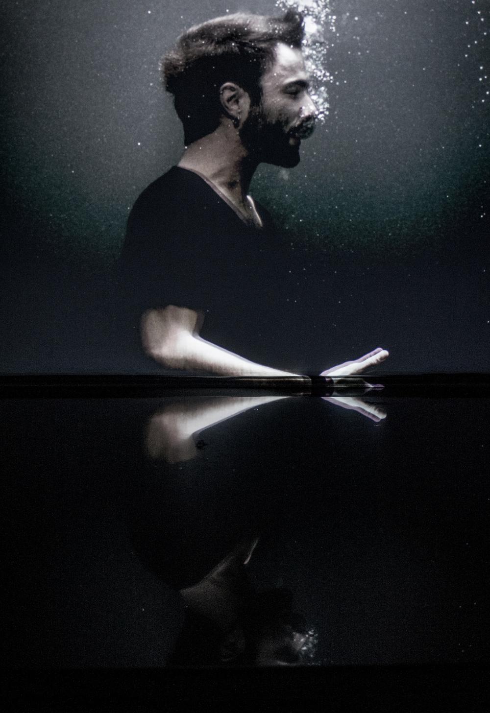 Un mot de l'artiste  y2o navigue en eaux troubles, entre asphyxie et exaltation, entre dévoration et répudiation, entre oui et non – des deux côtés de la peau à la fois. Cette œuvre donne à voir un amour au bord de la dérive, une cellule multimorphe diffractée en de multiples scènes. Chacune de ces scènes triture les nœuds émotifs qui se font et défont dans l'abrasion du quotidien et observe les polarités croisées dont sont faites les amours sans répit. Dans cet espace-temps élastique, suspendu hors du réel, deux intériorités entrent en collision. Si lui ressent quelque chose, elle ne le ressent pas et vice-versa jusqu'au vide, là où l'on n'éprouve plus rien, à force d'émotions. y2o trace son sillon dans l'intime, ce territoire hasardeux où l'on hésite sans cesse entre ce que l'on dérobe au regard de l'autre et ce que l'on choisit de montrer. L'un comme l'autre pourrait nous perdre. L'un comme l'autre pourrait vous mener à se retrouver.
