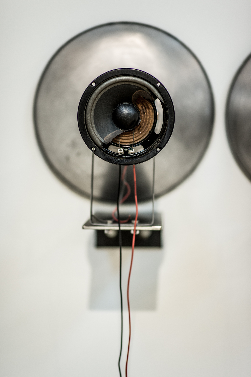 Arythmique,  2015.  [série Dialogues]   Installation avec mégaphones, haut-parleurs, battements de coeurs, amplificateur 40 watts, acier.   Installation with speakers, recorded heart beats, 40 watts amplifier and steel.   Dimensions variables   Variable dimensions