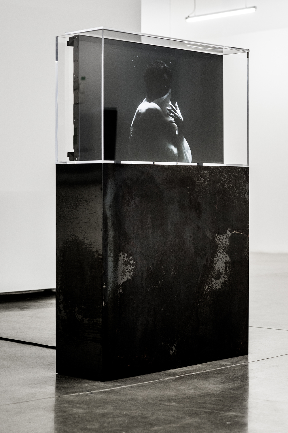 "y2o Huis clos,  2015.   Installation vidéo avec acier, acrylique, ordinateur et moniteur Video installation with steel, acrylic, computer and screen   162.5 x 106.7 x 32.4 cm (64"" x 42 ½"" x 12 ¾"")   2h 53 min 18 sec.   Edition 1/2   Collection Majudia"