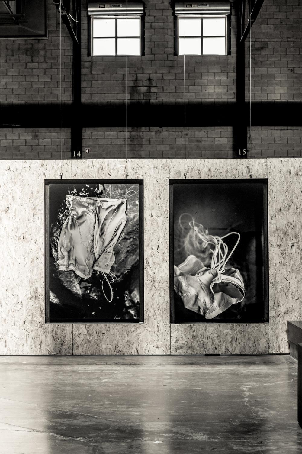 Un mot de l'artiste  Soif [série méduses] est une série d'épreuves photographiques élaborées à partir d'accessoires conçus pour le tournage de y2o. Évocations multiples du désir, de la soif de l'autre. Tensions corporelles, pulsions du plexus, sinueuses & électriques, fluides et glacées, telles des méduses.