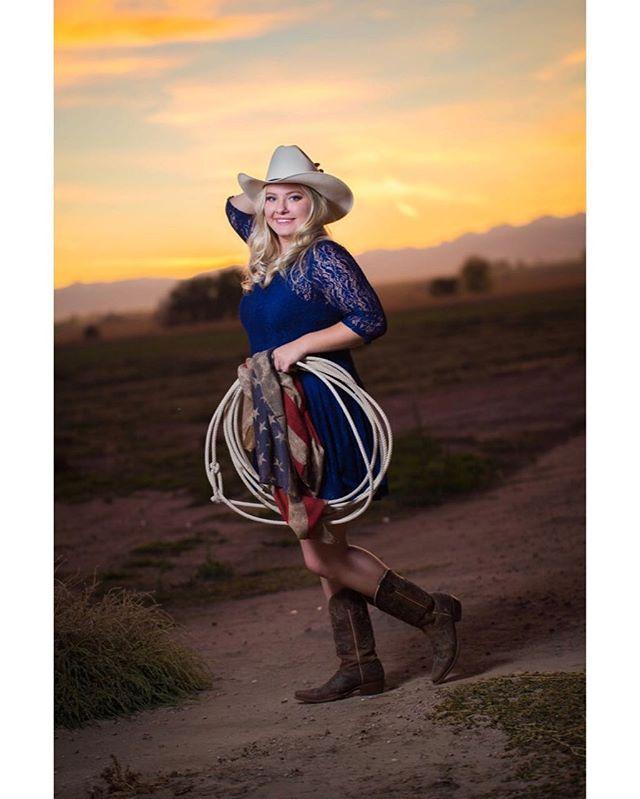 👩🏼🎓 Julia V. 📷 Canon 6D // Canon 100mm f2.8L #seniorphotography