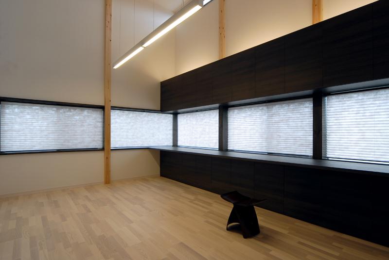 二階の父の書斎。窓を生かした家具の構成。照明は、高さを生かした間接照明、