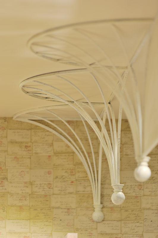 ファサードにある印象的なアーチ。パリの伝統的な柱の装飾から引用する。