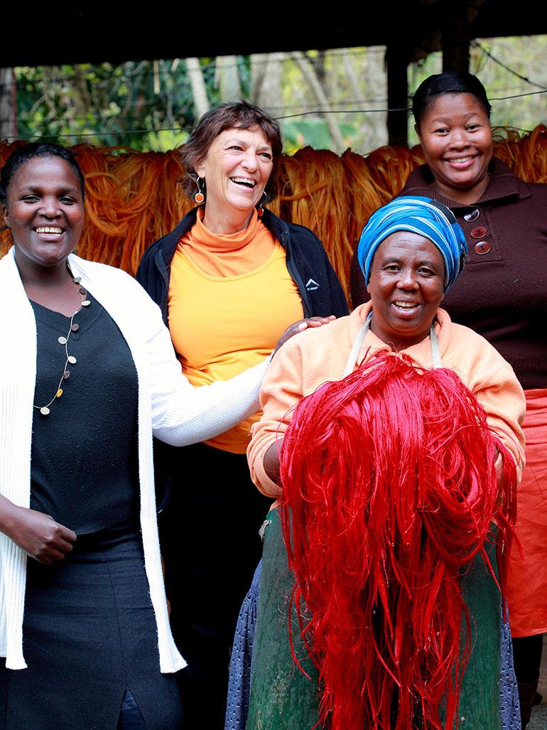 ....  Sheila Freemantle and the remarkable women of Tintsaba  ..  Sheila avec les femmes incroyable de Tintsaba  ....