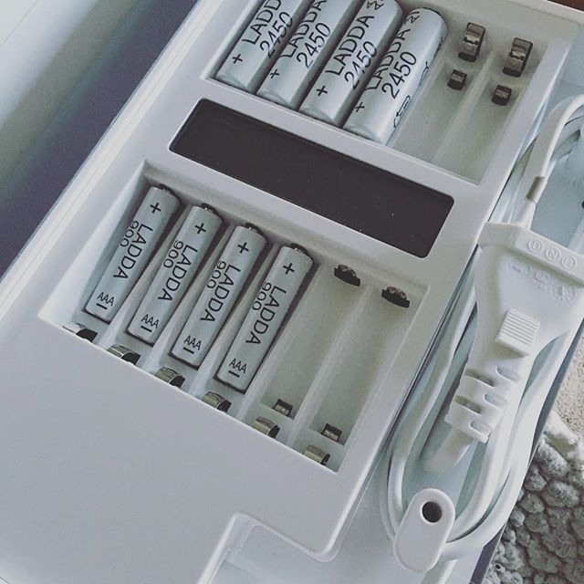 #Repost @loveorprison ・・・ Hållbara ihop ✌️ Att använda LED-lampor är toppen för miljön. De förbrukar 85% mindre energi & håller 20 gånger längre än en vanlig glödlampa. Men alla dessa ljusslingor som vi har i våra hem nudå? Många av dem är batteridrivna & en får byta batterier rätt ofta om en har tänt varje kväll. En rekommendation är att istället använda uppladdningsbara batterier! Vänligare för både plånbok & miljö! #ikeahållbaraihop ✌️