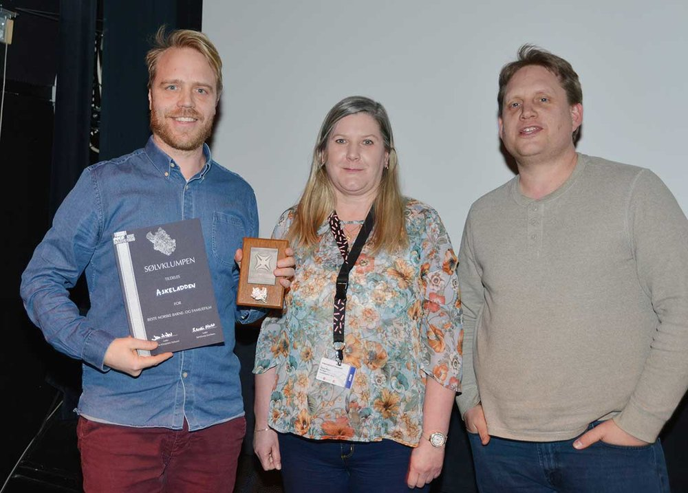Mikkel Brænne Sandemose received the award from Randi Morso (Vadsø komm. kino) and Jørgen Søderberg Jansen (Fredrikstad kino)