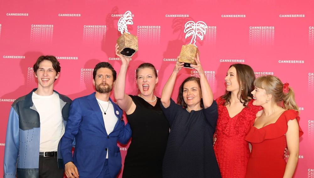 «Lykkeland»-gjengen etter prisutdeling i Cannes. Fra venstre skuespillere Amund Harboe og Bart Edwards, produsent Synnove Hørsdal, manusforfatter Mette Bølstad og skuespillerne Anne Regine Ellingsæter og Malene Wadel.