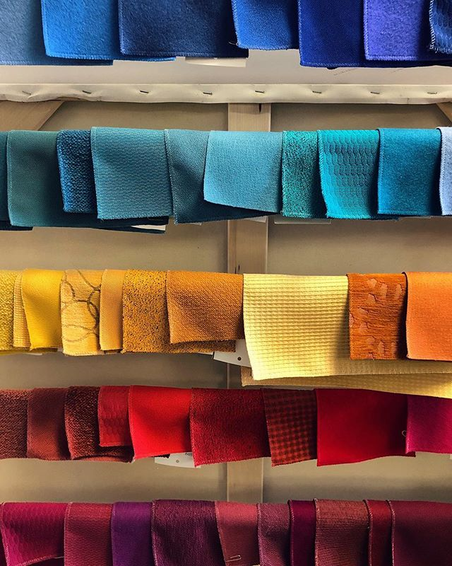 Tissus @keilhauer_design colorés pour l'arrivé du printemps! ☀️ #printemps #funky #coloré #design #keilhauer #keilhauerdesign
