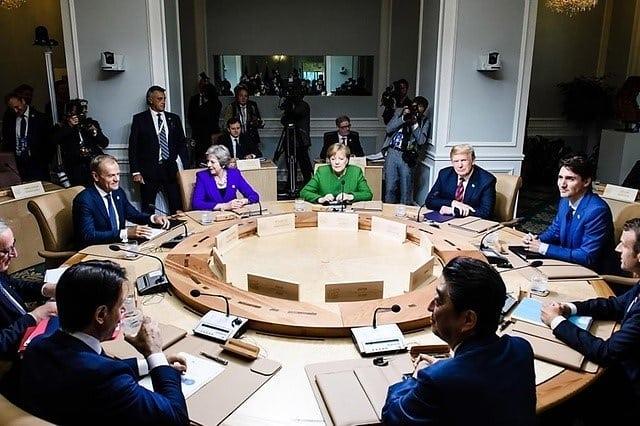 Les chaises Danforth de #keilhauer  amène un peu de confort à la discussion tendue autour de la table du G7