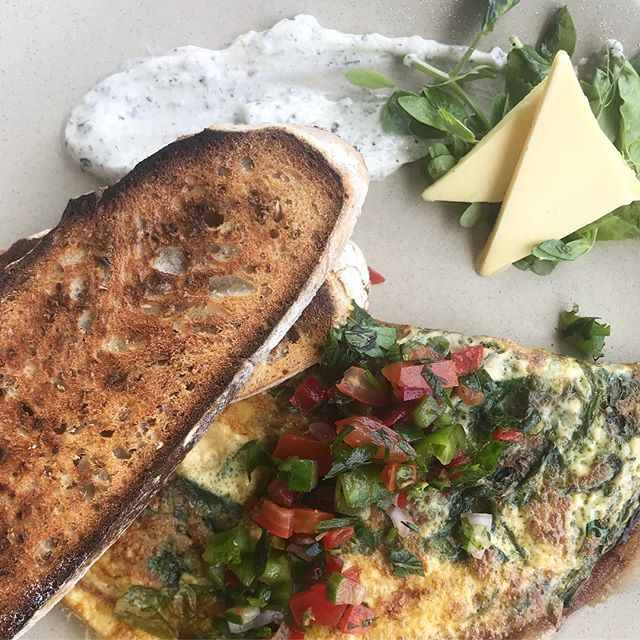 Green omelette 🍳🌱 • • • • #breakfast #instafood