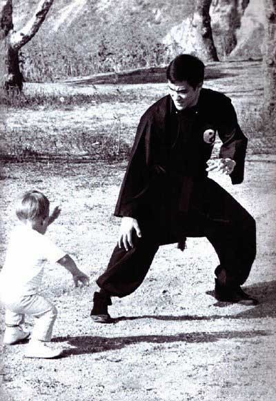 ausklinker :     Bruce Lee and his son Brandon.