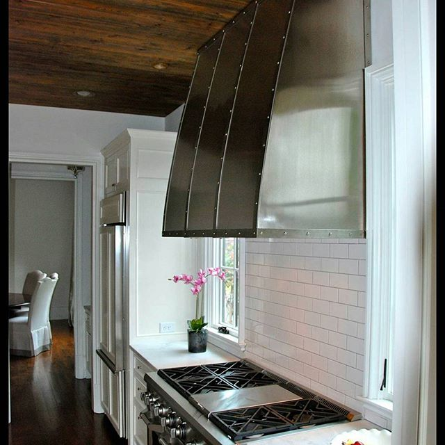 Albama install of our Stainless steel hood 6'× 4' x 2'  #stainlesssteel  #stainlesshood #dreamkitchen #kitchendesign #kitchenideas #lacanche #lacancheitalia #interiordesign #interior #customkitchen #customdesigns #ventahood #houseidea #beautiful #beautifulkitchens #customhood #southernstyle #luxuryhomes #luxurykitchen #gourmetkitchens #housebeautiful #veranda #traditionalhome #alabama #beachstyle #parkcityutah #utahstyle  #westcoaststyle #kitchendecor