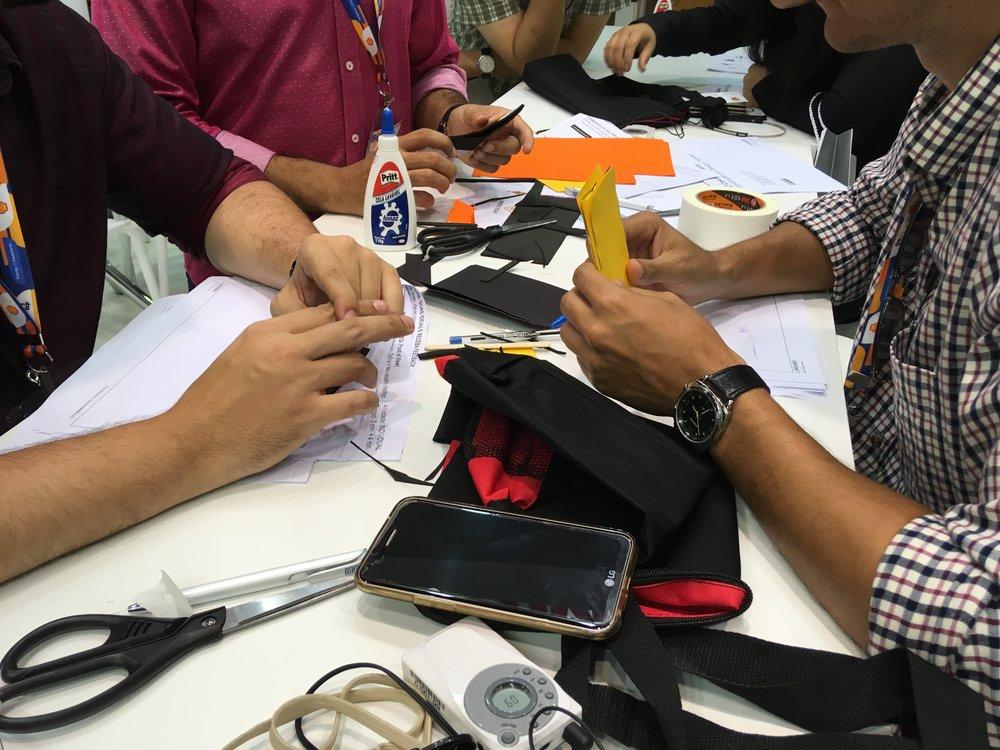 Participantes da oficina fazendo os seus protótipos