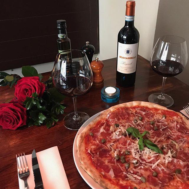 Alla ❤️- dag tävling! Vill du din kära vinna en middag för 2 på Fat Franks till ett värde på 1000kr 😊Allt du behöver göra är att tagga en vän, följa oss samt motivera varför just ni ska vinna på den här bilden - - Vinnaren dras den 14 februari och prensenteras här på instagram.  Lycka till🌟🌟🌟🌟 . . #fatfranks #valentinesday #valentines #valentinesgift #dinnerfortwo #perfectdinnerdate #pizza #pizzalovers
