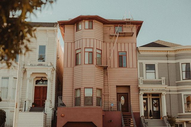 I didn't know I liked pink so much until I saw this house. . . . . #VisitCalifornia#Visitsanfrancisco #sf #TravelCalifornia #alwaysSF #darlingescapes#dametraveler #fromwhereistand #justbackfrom #ipulledoverforthis #ontheroofs #wymtm #neverstopexploring  #exploremore #lonelyplanet #afar #natgeotravelpic