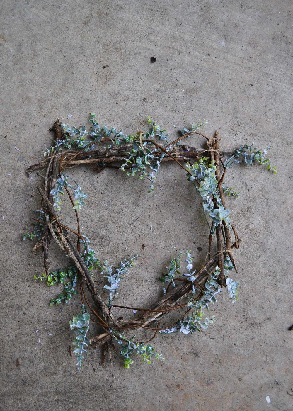 flocked-boxwood-garland-wreath.jpg