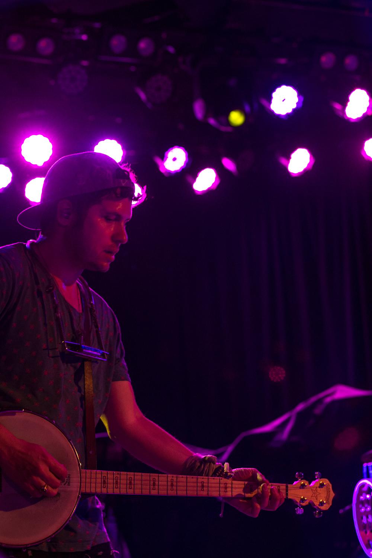 z banjo Roxy w:Mike Posner.JPG