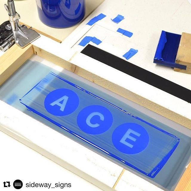 this print is ACE! 😉 @sideway_signs is working some magic with their printing. they make replica NYC 🍎 subway signs and some are hand printed! super cool product and they've got a great feed to check out. if you're thinking about buying us a gift, that Times Square 42 Street sign has been calling our name! #floodpull #screenprinting #silkscreen . . #Repost @sideway_signs ・・・ Screen-Printing subway posters.