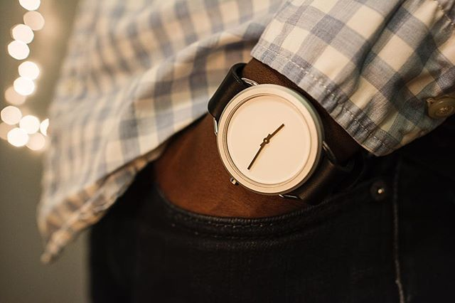 Light up the room with a @classicengin 🕗 #vivalavario • • • • • • #mensweardaily #mensfashion #mensstreetstyle #classydapper #dapperlydone #leather #watches #designer #minimal #style #mensfashion #fresh #watchoftheday #follow  #watchcollector #luxurywatch #wristgame #Highsnobiety #Mensstyle #streetfashion #holidays #giftideas #gift