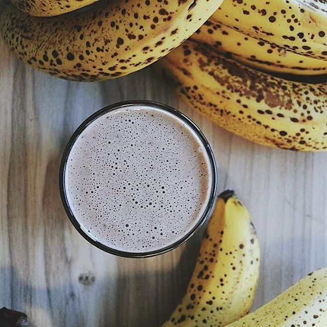 Chunky Monkey anyone? 🙊Our popular smoothie that isn't as naughty as people think! Almond milk, organic peanut butter, banana, dates and cacao nibs! Definitely worth a try if you haven't already!  #cafeculture #eatlocal #smoothie #breakfast #brunch #juicebar #peanutbutter #banana #healthysmoothie #vegan #vegetariancafe #smoothies #hampshire #winchesteruk #rawberry