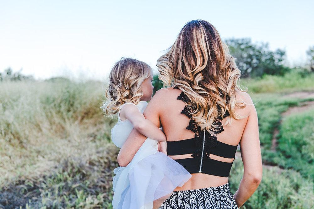 momcarryingchild-mommyandme