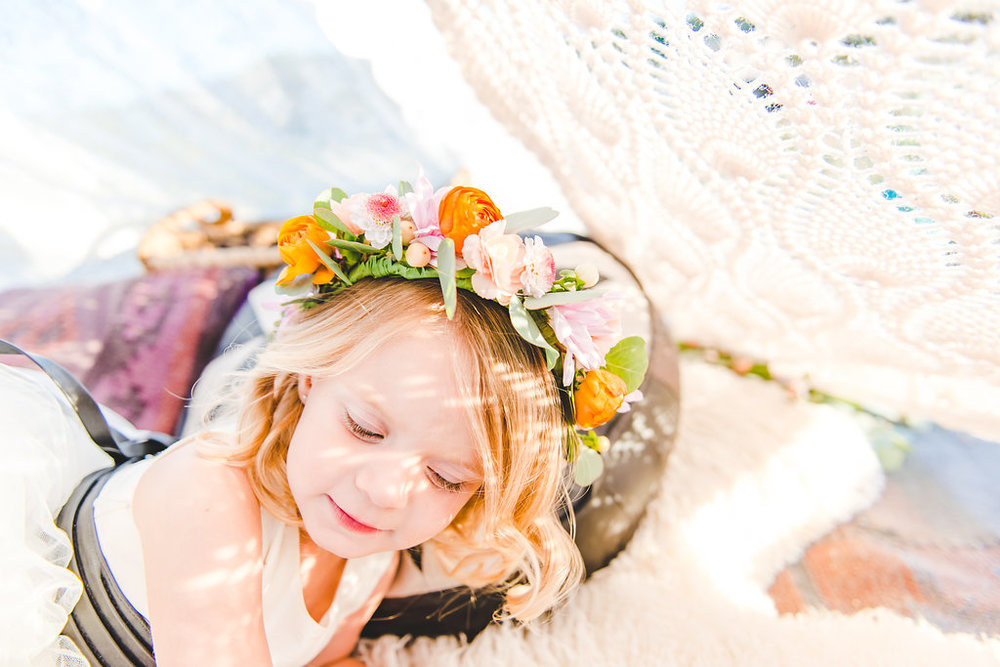 child-playing-with-flowercrowns@jonesphotographycompany.com