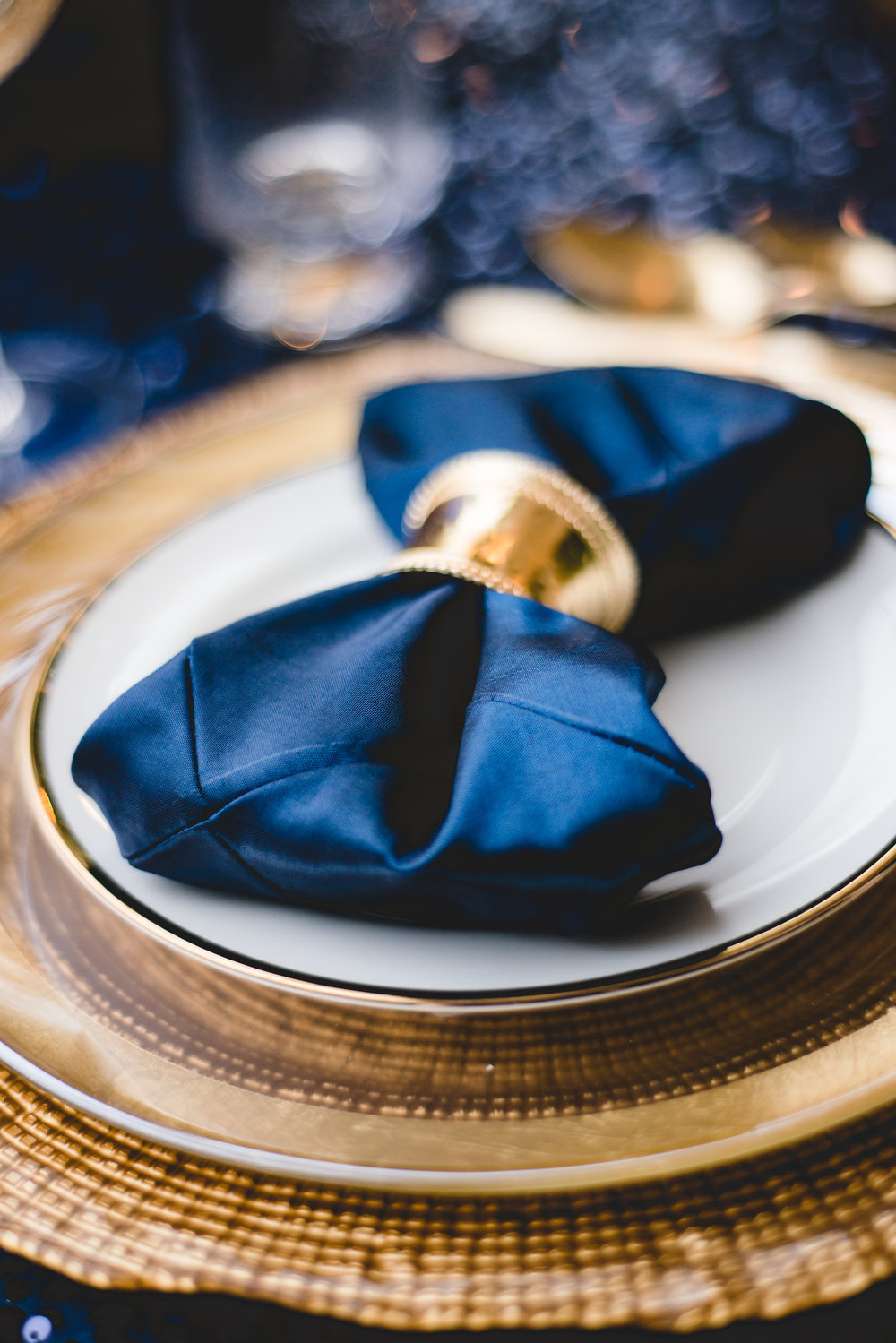 navy-table-napkins-gold-plates