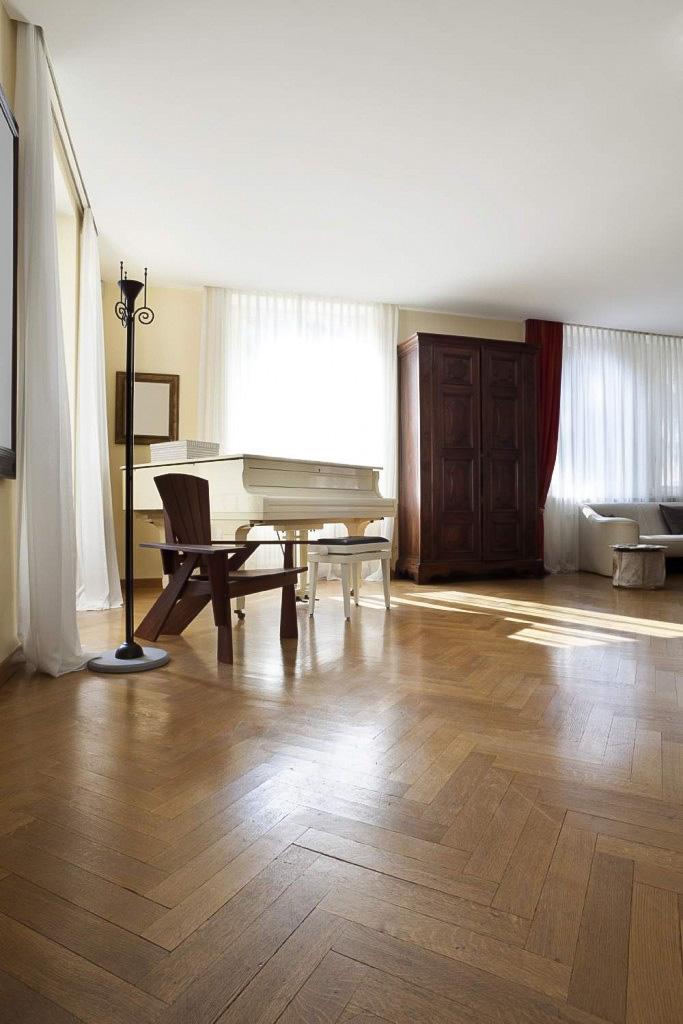 plancher-chene-blanc-quartier-chevrons-683x1024.jpg