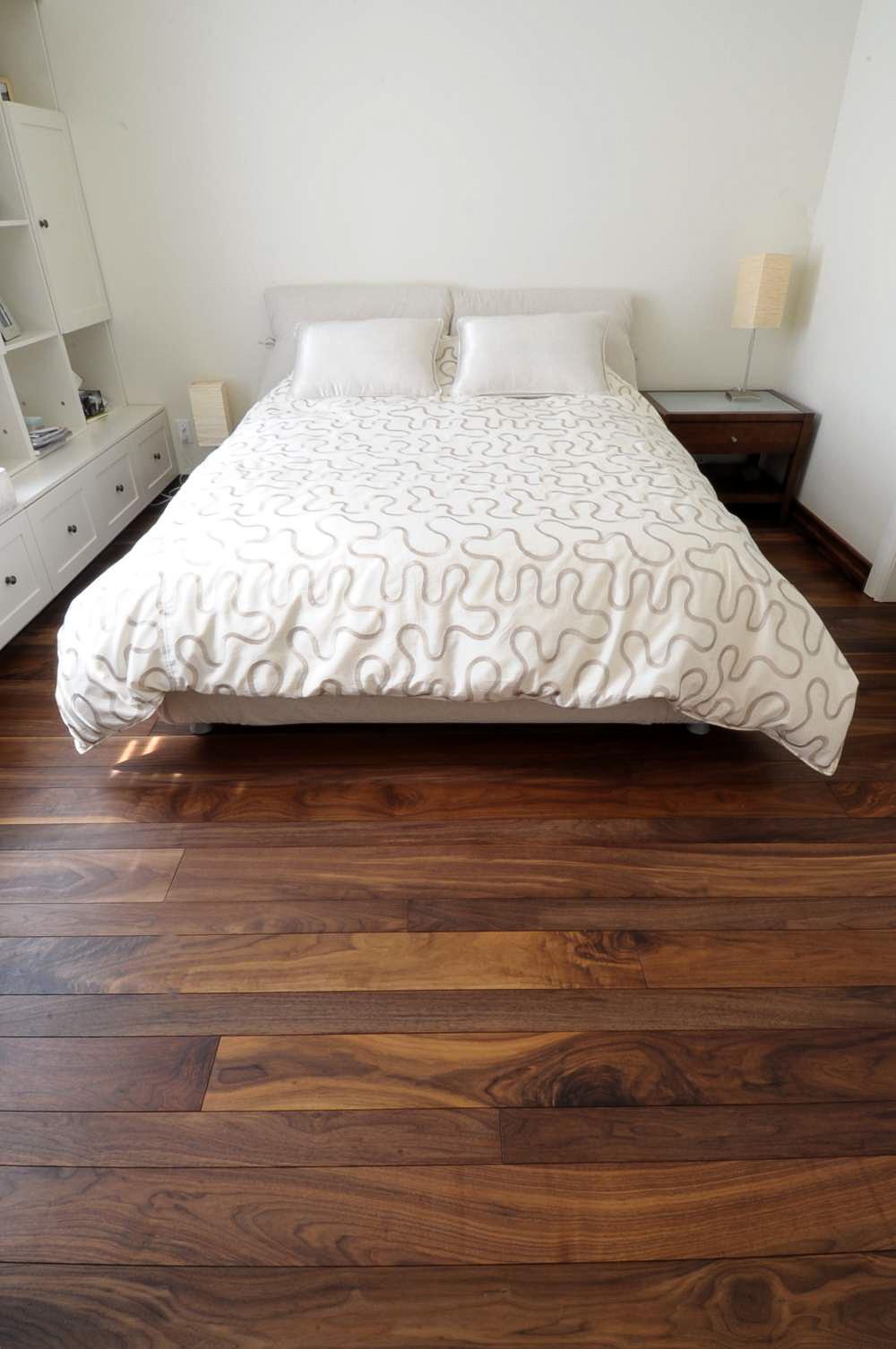 plancher-noyer-noir-verni-mat-2.jpg