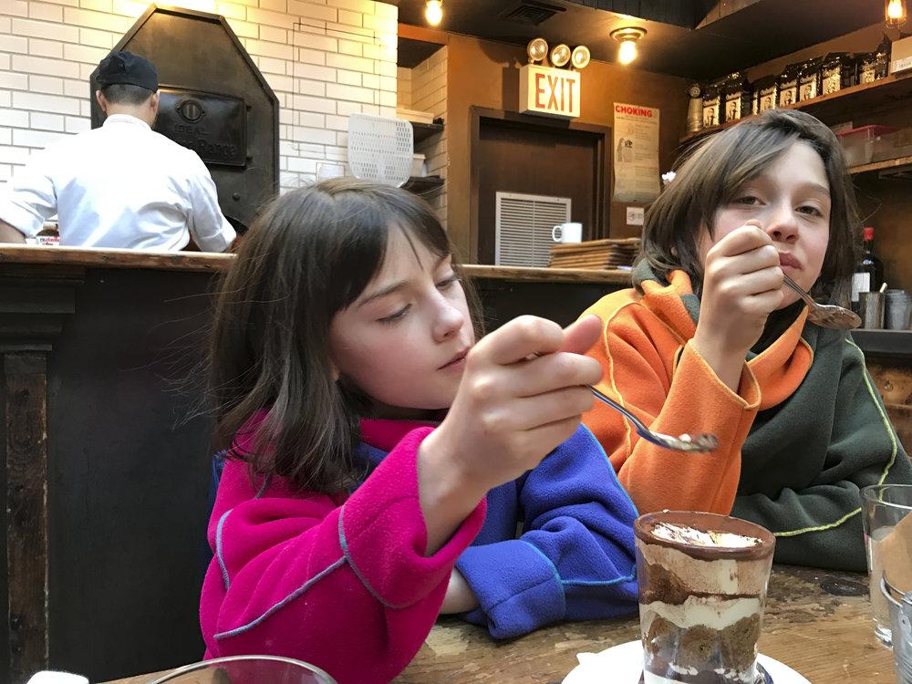 Moment de dégustation pour Violette et Rodolphe chez Emporio.