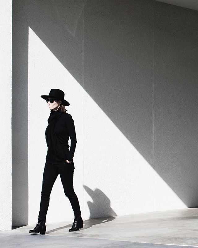 Less is more, wouldn't you agree? 📷: @tylergourley #processandcontent #hats #hatter #hat #blackandwhite #palmsprings #blackonblack #backtobasics #fashion #architecture #architectureandpeople