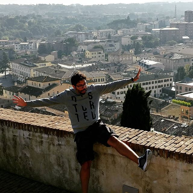 Don't fall down! JK, haven't posted much lately so here is a silly photo 📸 #dontfall #instafake #instafun #picoftheday #cityonahill #bellaitalia